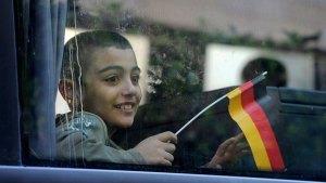 flüchtlingskind mit fahne_10