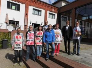 Die BI gegen die Hähnchenmastanlage in Könkendorf war engagiert vor Ort. 2.v.l. der Nabu-Rechtsanwalt Deppner.