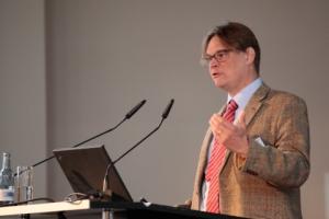 Prof Harald Simons referiert