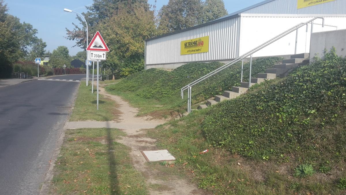 Mehr Parkplätze und ein ausgebesserter Gehweg