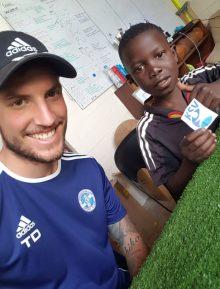 Ein stolzer Moment: Ein namibisches Fußballtalent lost die Gruppen für den 2. Prignitzcup im Januar in Pritzwalk aus.
