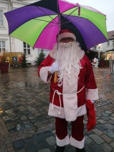 Auch der Weihnachtsmann mußte sich dem Regenwetter anpassen - aber er blieb unverzagt.